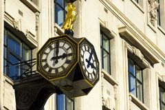 街道时钟在伦敦,英国 免版税库存照片