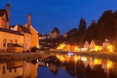 街道晚上视图在捷克克鲁姆洛夫和伏尔塔瓦河河 cesky捷克krumlov中世纪老共和国城镇视图 库存图片