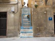 街道有在蓝色的一个看法在阿利坎特绘了台阶 免版税库存照片