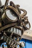 街道机器人的金属雕塑画象由老汽车零件和细节,自动废物做成 库存图片