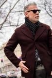 街道样式在米兰时尚星期期间为秋天/冬天2015-16 免版税库存照片