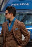 街道样式在米兰时尚星期期间为秋天/冬天2015-16 免版税库存图片