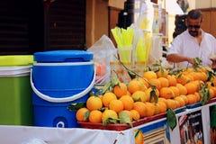 街道橙汁卖主 免版税库存图片