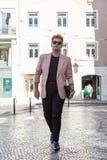 街道欧洲人城市的年轻时尚人 图库摄影