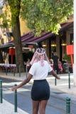 街道欧洲人城市的年轻时尚女孩 库存图片