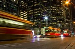 街道汽车在晚上在多伦多 免版税库存照片