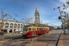 街道汽车或trollley或者市政电车在旧金山轮渡大厦前面在Embarcadero -旧金山,加利福尼亚,美国 库存照片