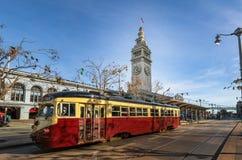 街道汽车或trollley或者市政电车在旧金山轮渡大厦前面在Embarcadero -旧金山,加利福尼亚,美国 免版税库存照片