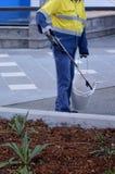 街道清扫车管理员清洁街道 免版税库存图片