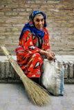 街道清洁女工在传统礼服休息 库存照片