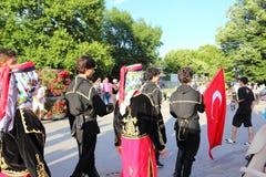 街道游行土耳其参加者瓦尔纳保加利亚 免版税库存照片
