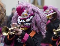 街道游行的五颜六色的音乐家 免版税库存图片
