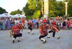 街道游行的土耳其舞蹈家 免版税库存照片