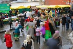 街道演员和普通人在街道上跳舞 免版税库存照片