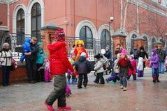 街道演员和普通人在街道上跳舞 免版税库存图片