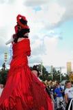 街道演员妇女为在红色礼服的照片摆在 免版税库存图片