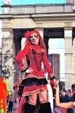 街道演员妇女为在红色礼服的照片摆在 库存照片