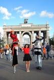 街道演员妇女为照片摆在莫斯科 免版税库存图片