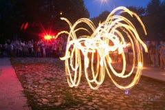 街道火展示在一个夏天晚上 免版税库存照片