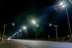 街道照明,支持与被带领的灯的天花板 灯现代化和维护,文本的,夜地方的概念 免版税图库摄影