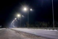 街道照明,支持与被带领的灯的天花板 灯现代化和维护,文本的,夜地方的概念 免版税库存照片