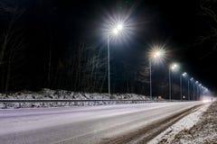 街道照明,支持与被带领的灯的天花板 灯现代化和维护,文本的,夜地方的概念 免版税库存图片