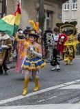 街道玻利维亚的女孩舞蹈家- Carnaval de巴黎2018年 免版税库存图片