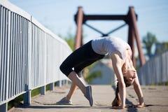 街道瑜伽:桥梁姿势 免版税库存照片