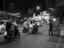 街道生活夜生活运动,在颜色的地道夜场面环境,越南 免版税图库摄影