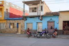 街道生活在特立尼达,古巴 免版税库存图片