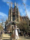 街道生活在Sagrada Familia在巴塞罗那0610 库存图片