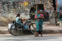 街道生活:妇女在工作 免版税库存图片