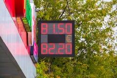 街道电子板-每日交换率 现金货币的价格在银行兑换室 图库摄影