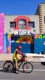 街道画和骑自行车的人在布鲁克林,纽约 免版税库存照片