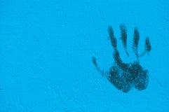 街道画在蓝色被绘的墙壁上的掌上型计算机打印 免版税库存照片