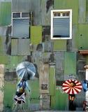 街道画担任主角伞瓦尔帕莱索 免版税图库摄影
