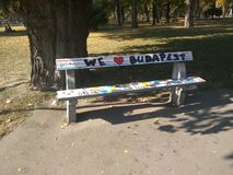 街道画被设计的长凳在布达佩斯 库存图片