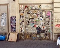 街道画通过德拉Lungaretta在Trastevere,罗马 免版税库存照片