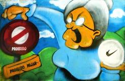 街道画,反对禁止的标志的滑稽的老妇人 免版税图库摄影