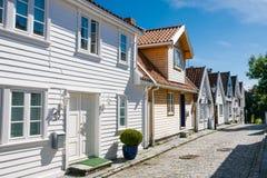 街道白色木房子在老中心 免版税库存图片