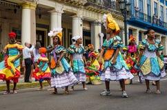 街道的五颜六色的舞蹈家在哈瓦那,古巴 免版税库存图片