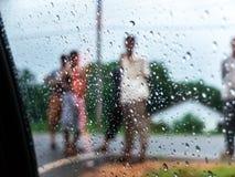 街道的人们在雨下 免版税库存图片
