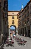 街道的全景与街道咖啡馆清早在马德里 免版税图库摄影