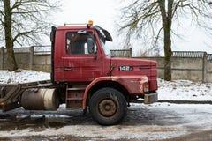 街道的减速火箭的红色斯科讷142 冬天和雪 都市旅行照片2018年 库存照片