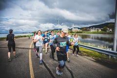 街道的双方的马拉松运动员在有ch的一个小的城市 免版税库存图片