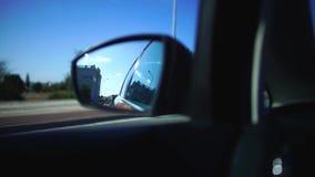 街道的反射在一辆移动的汽车的旁边镜子的由乡下公路的在旅行期间 E 影视素材