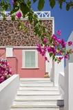 街道的古典希腊语建筑学有白色台阶的,圣托里尼海岛 免版税图库摄影