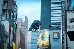 街道的哥斯拉在Kabukicho区,新宿,日本 免版税库存照片