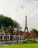 从街道的埃佛尔铁塔视图 库存照片