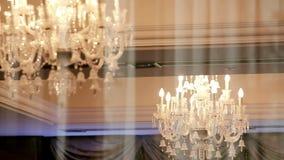 从街道的大昂贵的枝形吊灯视图通过窗口 股票视频